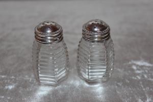 Salt og peber med sølvlåg